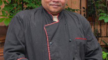 Един от готвачите в ресторант Кохинор