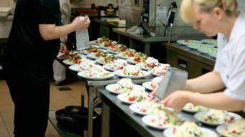 подготовка за сватбено тържество в кухнята на ресторант Фантазия