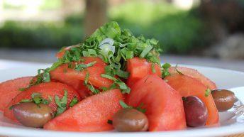 Вкусна салата от български розови домати