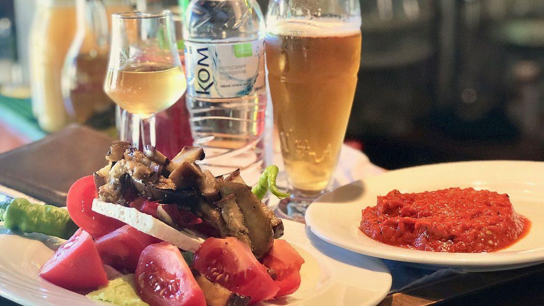 Вкусни традиционни български салати в малкия ресторант Златното Агне – столичен квартал Драгалевци