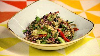 растителна фюжън кухня – азиатска салата със соба нудли