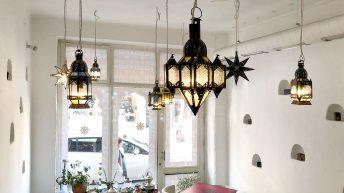 Прекрасните полилеи в annette марокански ресторант