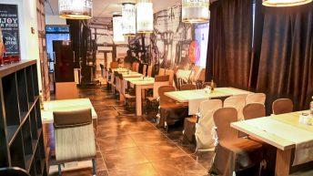 Вътрешният салон на ресторант със сцена Morino Jazz&Dine