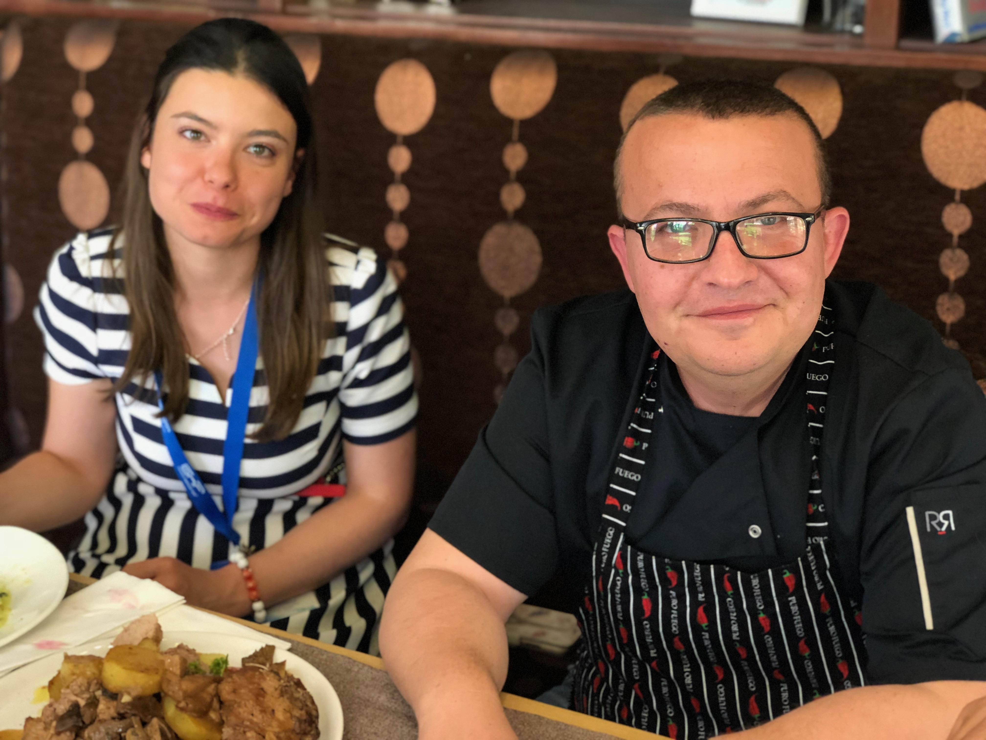 Олга Добрева и шеф Пламен Европейски пред камерата на Очилатите Дегустатори