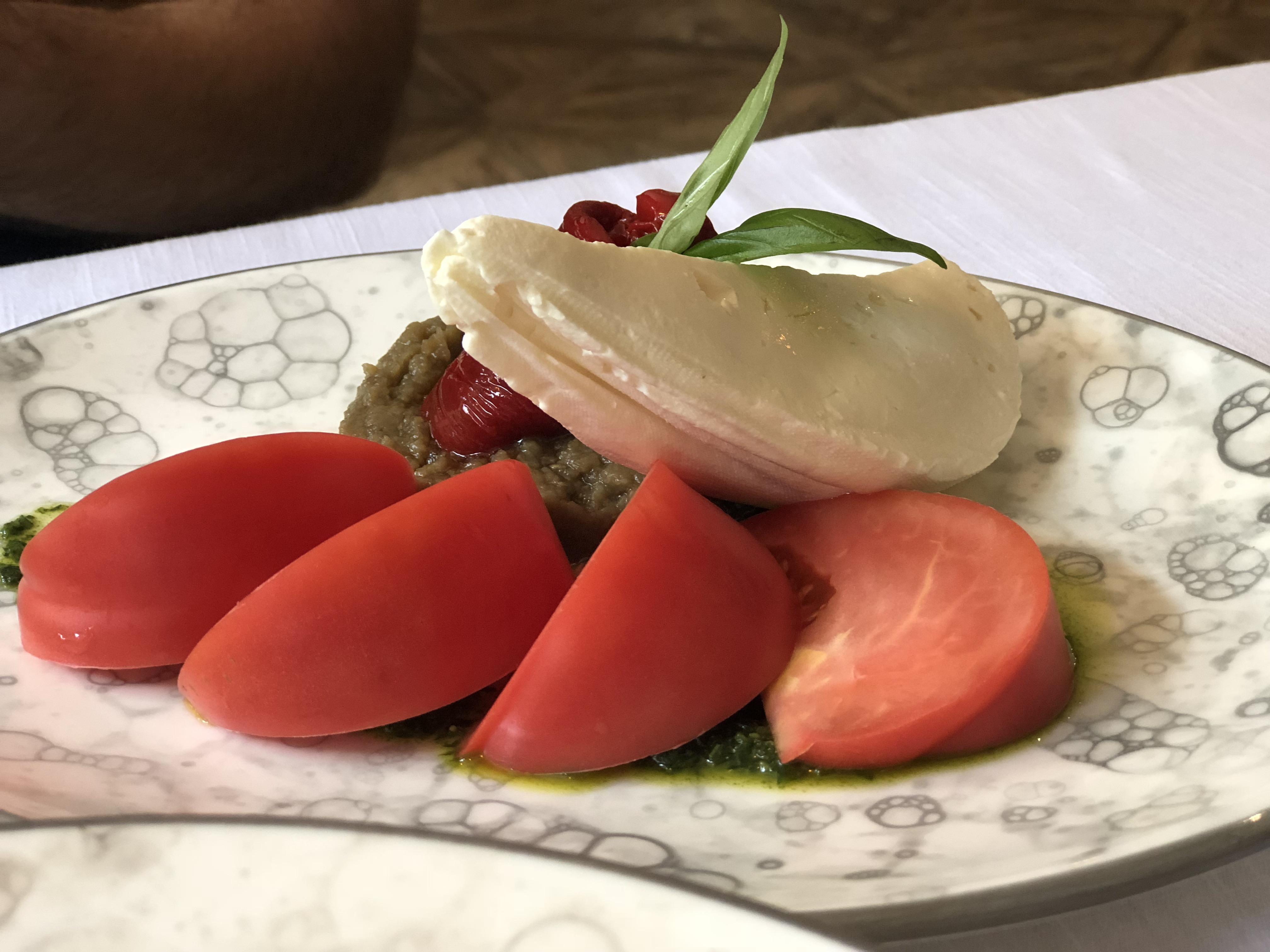 розов домат и прясно сирене