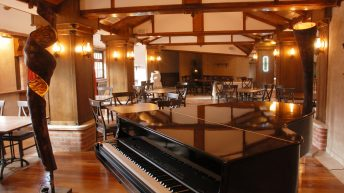 Залата с рояла на 2-я етаж на ресторант Сол и пипер
