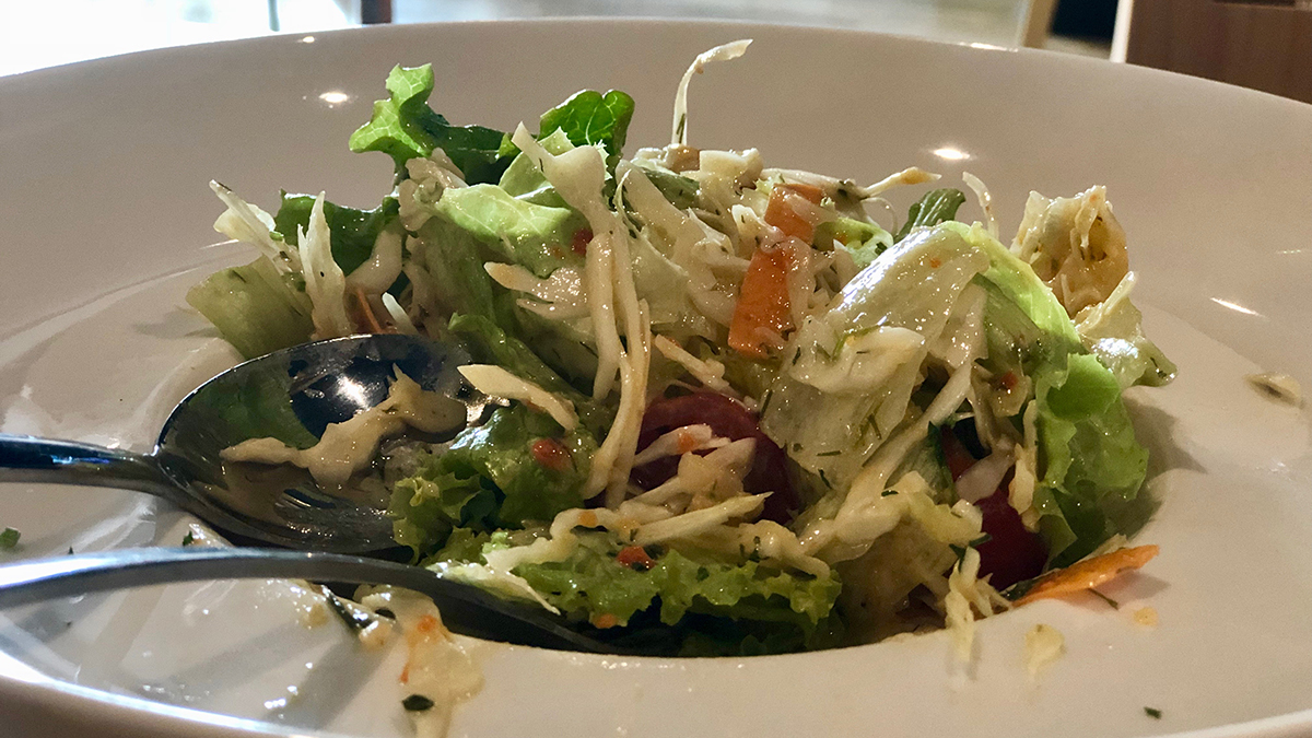 Градинарска със зеле, моркови, микс зелени салати, айсберг, чери домати и винегред.