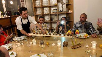 шеф Антоан Верест поднася десерта във френски ресторант L'Instant