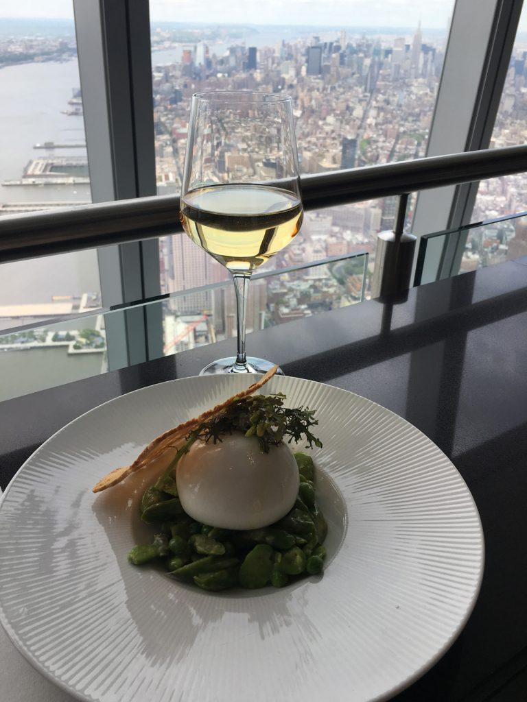 Гурме с чаша бяло вино над Манхатън