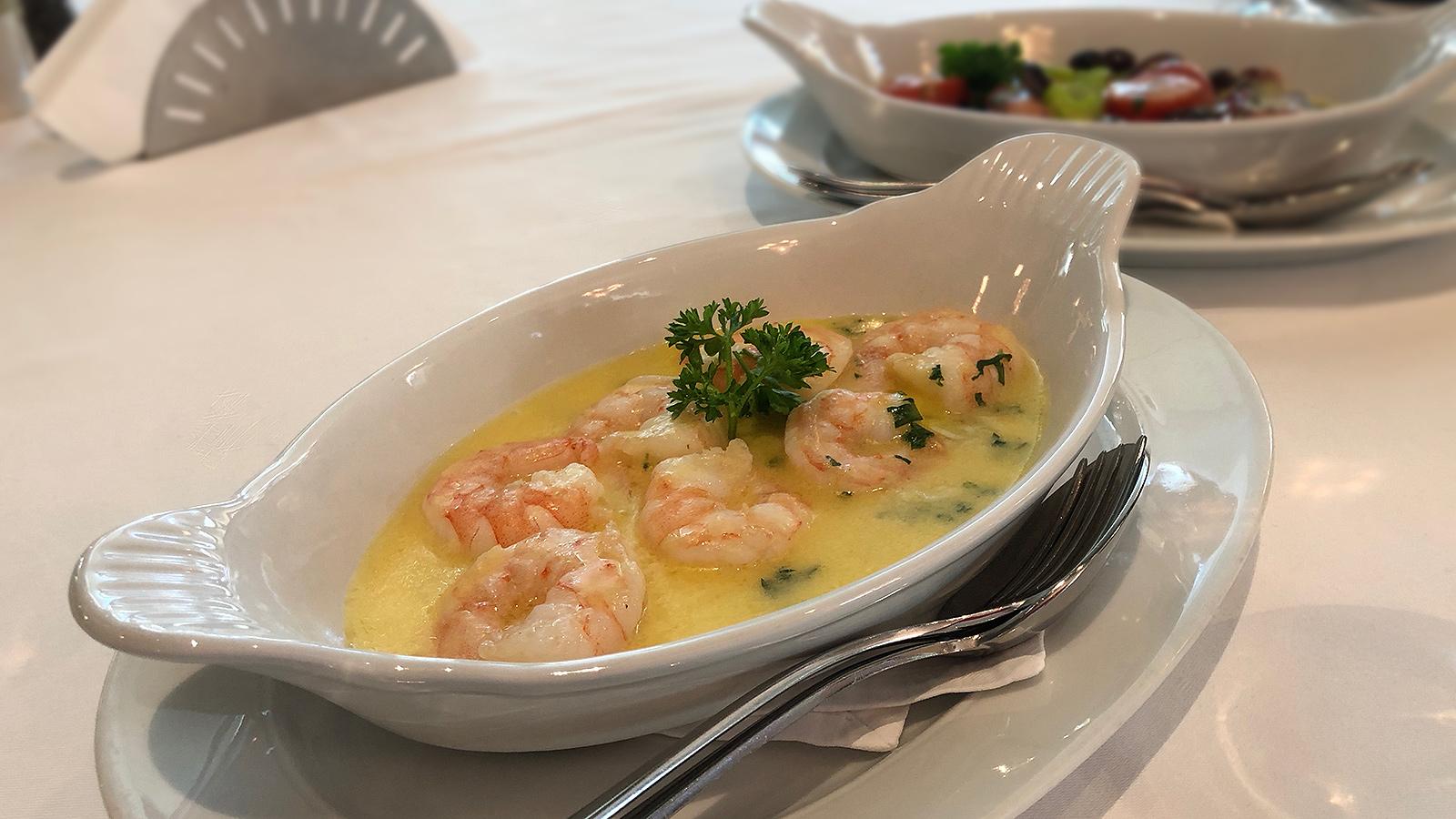 апетитна порция Тигрови скариди със зехтин, вино, лимон и много масло в ресторант The Restaurant