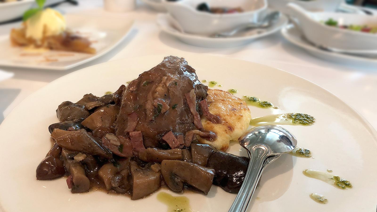 Boeuf bourguignon от шеф Пламен Европейски: Говеждо по бургундски -бавно готвено говеждо,с диви гъби и вино поднесено с картофи финоаз