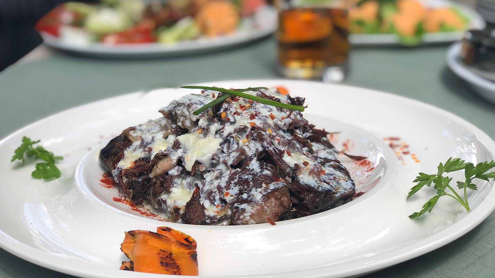 Телешки бузи в було на скара с топъл каймак – сръбски ресторант Котилото
