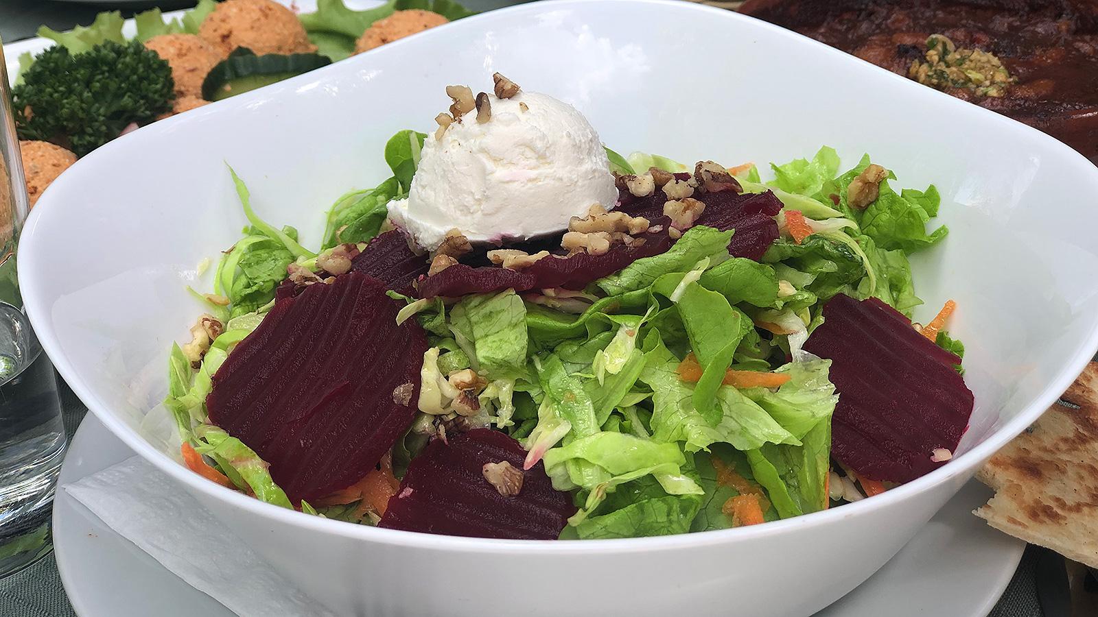 Свежа салата - идеална за любителите на заешките удоволствия - морковки, зеленце, цвекло