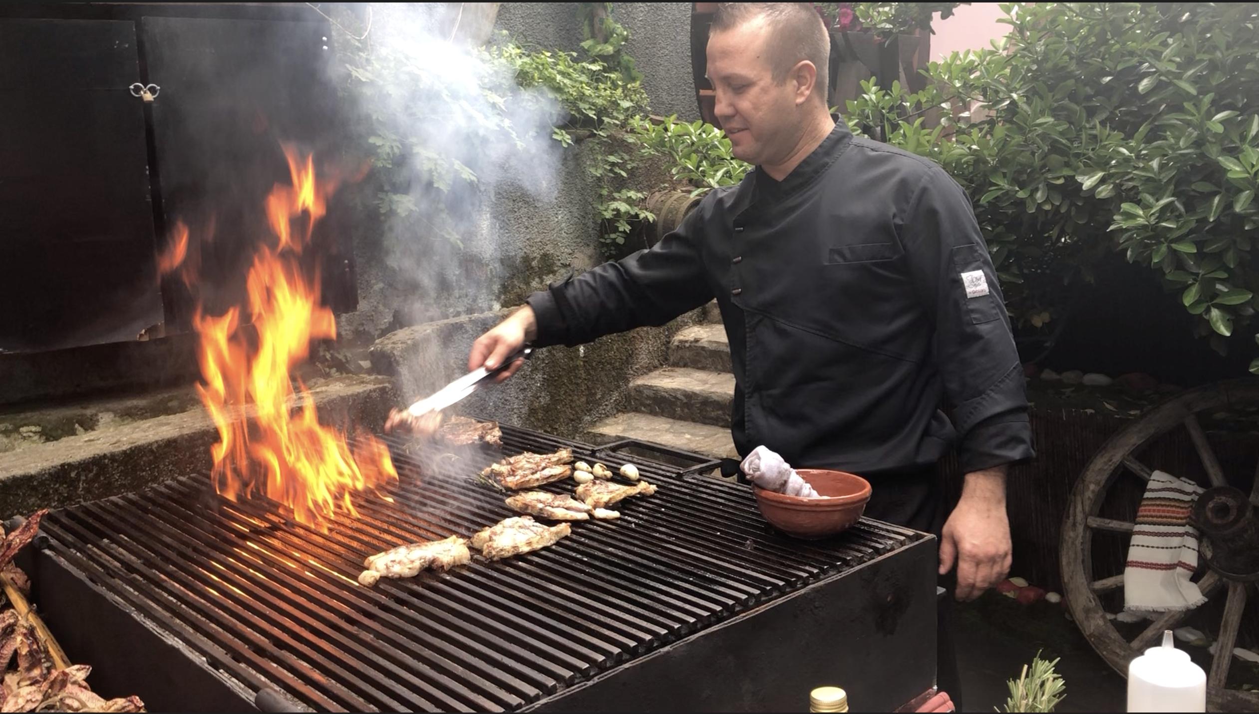 Майстор Даци контролира огъня в Котилото