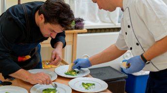 Антоан Верест оформя ястията за безценната царска вечеря