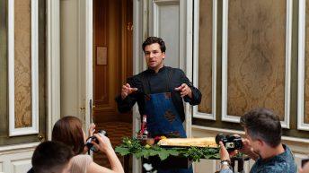 Антоан Верест представя десерта в двореца на Фердинанд