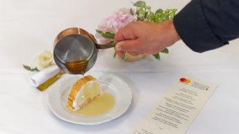 """десерт наречен """"Дипломатична бомба"""" съчетаващ контрастни ледени и горещи температури, както и хрупкави и меки текстури в устата."""