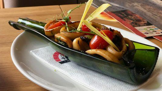 Калмари със сушен домат, тиквички, билки и просеко