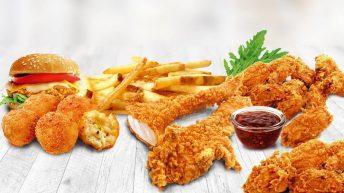 Пържени панирани хапки, парчета пиле и пържени картофи