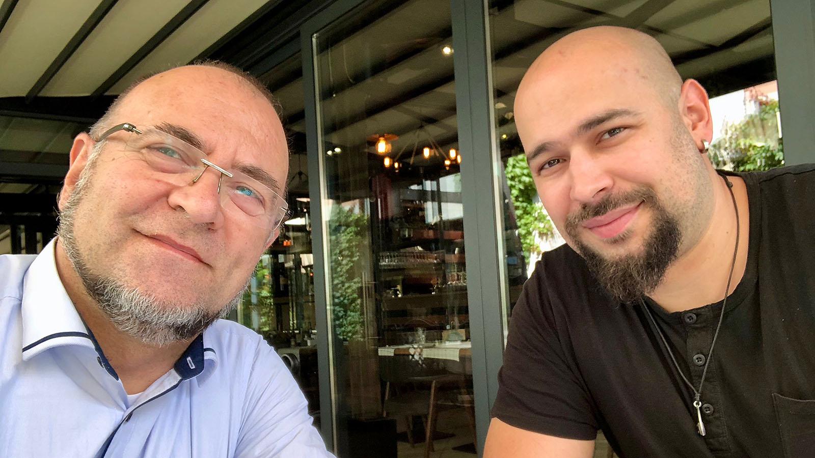 Ники Коев и Деян Тошев по време на дегустацията на алкохолните сладоледи Скреж